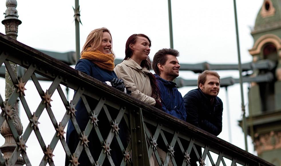 AnnaHelena Lindberg bygger broar till andra svenskar. Magdalena Halvardsson, Henrik Hansson och Erik Engberg finns alla i gemenskapen i HTBarnes.