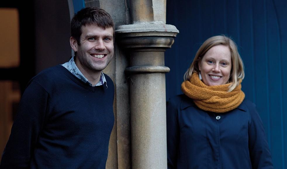 Komminister Adam Rylett och AnnaHelena Lindberg är glada att kunna öppna dörrar för svenskarna i området.
