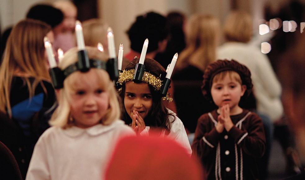 De små luciorna och pepparkaksgubben sjunger in en ny tradition i EFS London. På Holy Trinity Barnes Facebooksida kan du se mer av festen.
