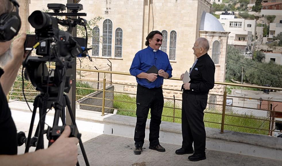Siewert Öholm ger kommentarer till Anders Sjöbergs betraktelser under tv-inspelningen i Israel.