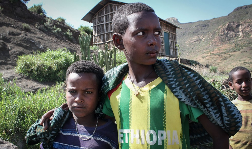 10-åriga Kibron Kilali (till vänster) och Goytom Haile berättar att de ofta går hungriga och att deras familjer tvingats att sälja flera av sina djur för att överleva.