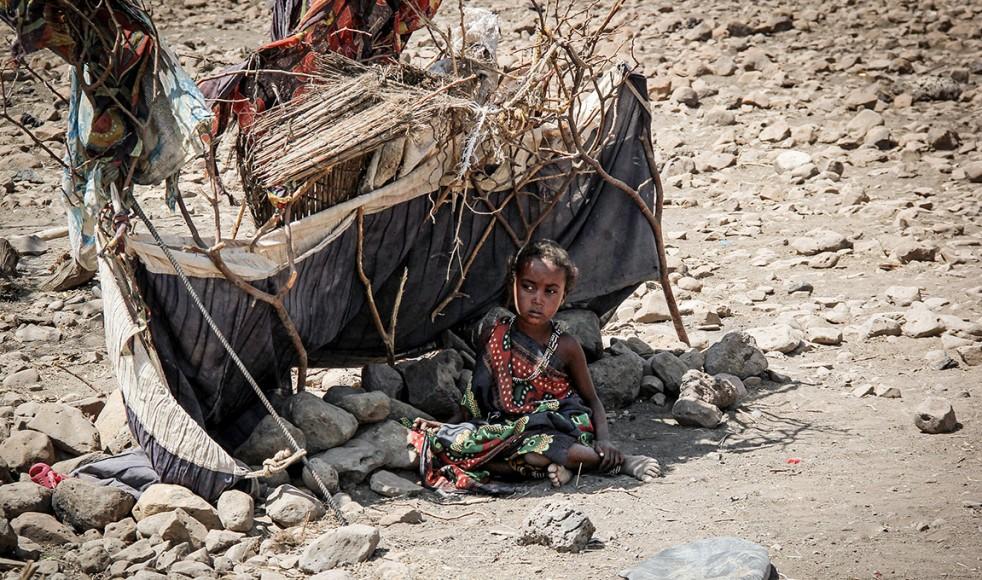 Somalis på jakt efter vatten och mat. De bor i temporära hyddor och söker det skydd de kan från hettan i solen.
