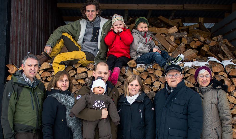 Fyra generationer Jakobsson, hela byn Mossebo och EFS i Sydöst-Sverige  välkomnar er alla till Mossebo och Patrullriks sommaren 2017!  Fr.v. Lennart, Karin, Markus med Lova i famnen, Josefin, Halvar och Linnea Jakobsson. Uppe på veden: Samuel, Tilde och Hugo Jakobsson.