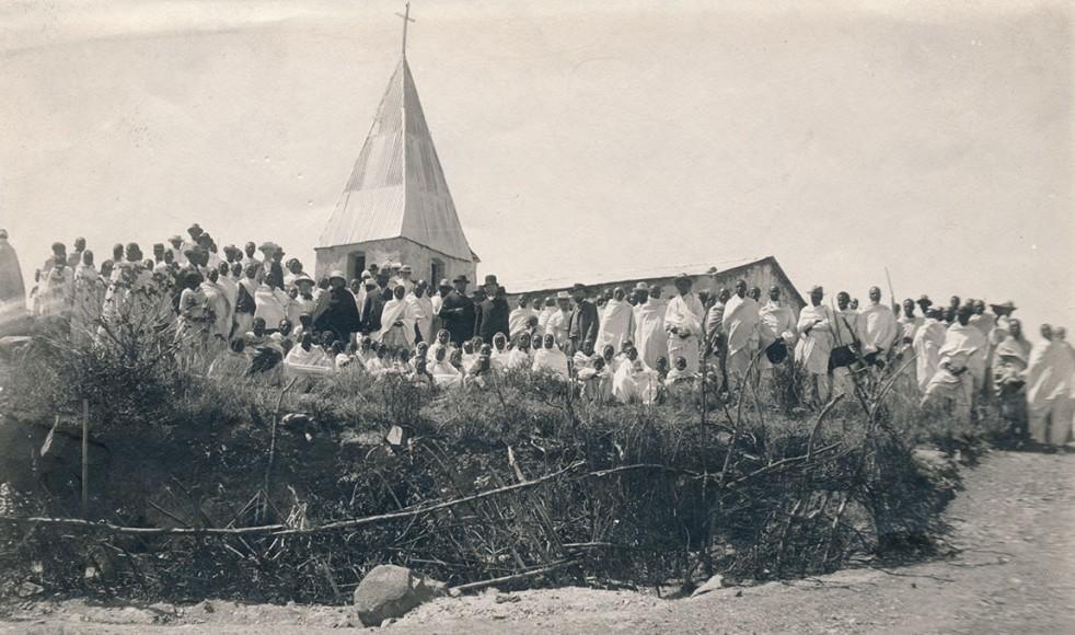Efter kyrkoinvigningen i Schumanegos lalai den 21 februari 1909, samlades församlingen utanför kyrkan. Texten för Adolf invigningstal var 1 Petr. 2:4-5.