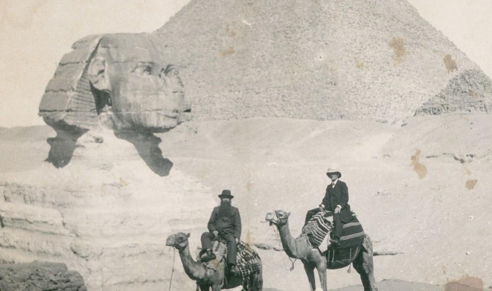 På väg till Ost-Afrika gör Johannes och Adolf Kolmodin ett besök vid pyramiderna i Egypten.