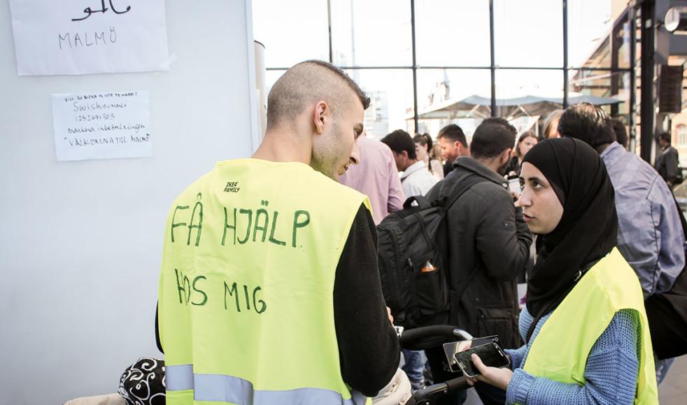 """Volontärer från Facebook-gruppen """"Vi Som Finns På Centralen Malmö"""" finns sedan den sjätte september på Malmö Central för att hjälpa nyanlända flyktingar med mat, förnödenheter och färd till andra destinationer."""