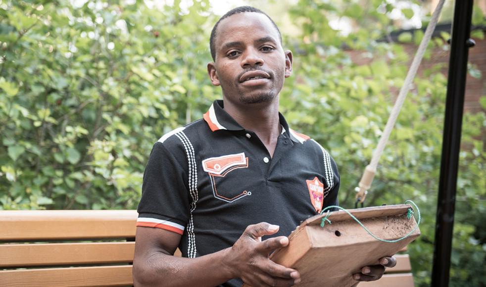 För Baraka Paulo från Dodoma i Tanzania är ilimba, tummorgeln, instumentet för att berätta en historia. Han sjunger och spelar om sitt liv, om allt från svår sjukdom som barn till den nyligen gjorda flygresan till Sverige.