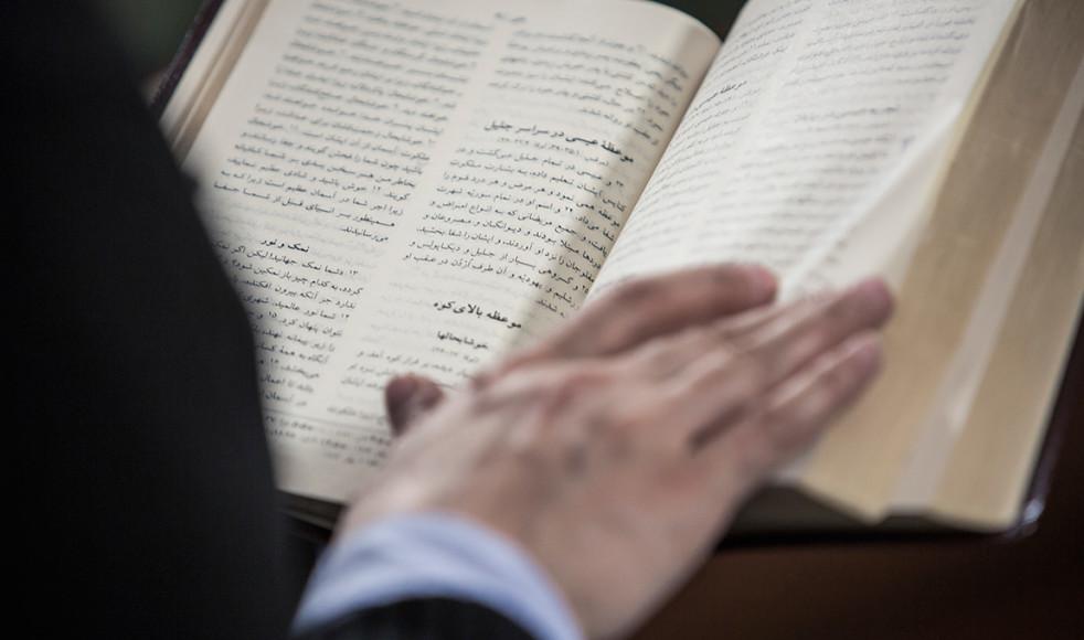 De damer som besökte Azita Saraii på flyktingförläggningen gav henne en bibel på persiska, en gåva som kom att tala rakt in i hennes hjärta.