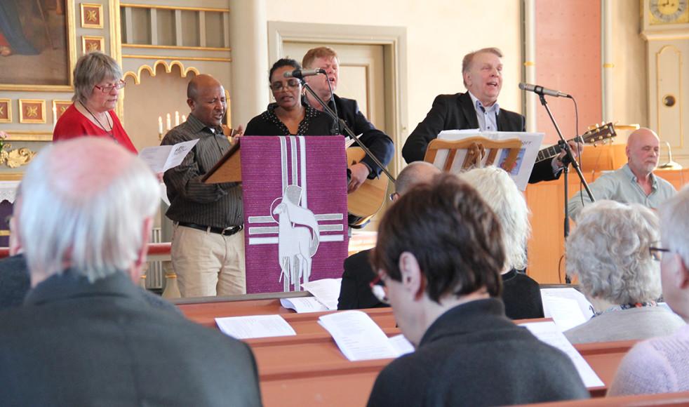 Det frimodiga lovsångsteamet från Gusum förgyllde missionsfestdagen.