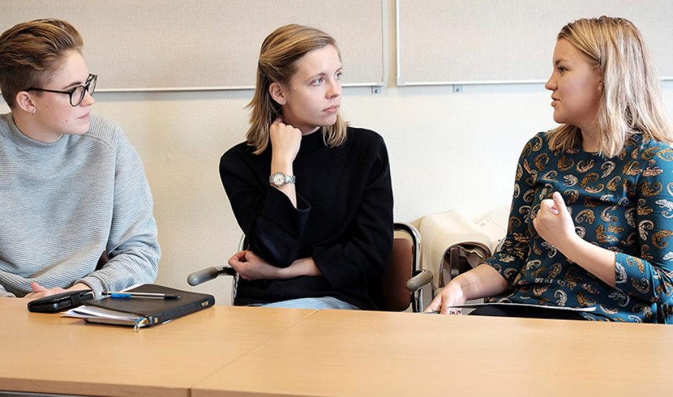Vilka ledare ger vi utrymme för – tillåts män att vara omsorgsfulla ledare och hur ofta ges kvinnor plats att vara de skojiga spexarna? Här samtalar, från vänster, My Nygren, Sara Johansson och Sara-Lisa Sandberg om sina upplevelser av ledarskap.