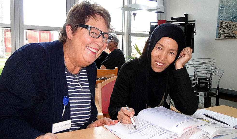 På läxläsningen i Levar är Astrid Sjöström, till vänster, en av volontärerna.