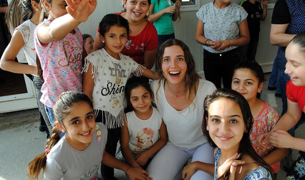 Sigrid, i mitten, tillsammans med några av flickorna på Child Friendly Space, en fritidsverksamhet som Capni driver med stöd från EFS. En trygg plats fylld av glädje där barn får vara barn.