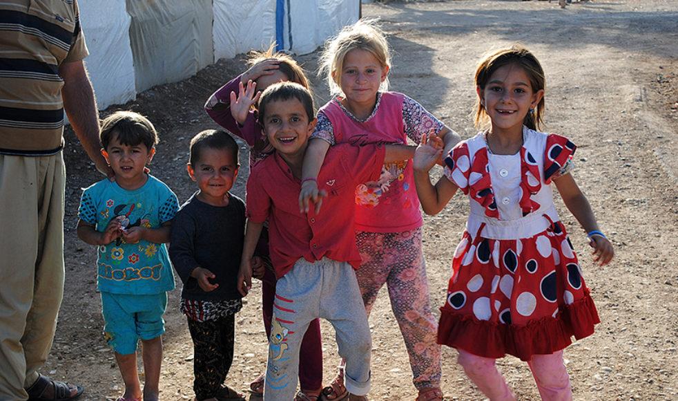 Några av barnen i flyktinglägret Dawudiya som gärna är med på bild eftersom de fått se sig själva på kameraskärmen, något som fick dem att skratta hysteriskt.