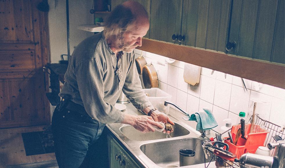 Att bygga hus och flytta till landet blev till upprättelse för Magnus som aldrig tidigare jobbat praktiskt: »Det var en befrielse att inse att jag inte bara är en andlig person«.
