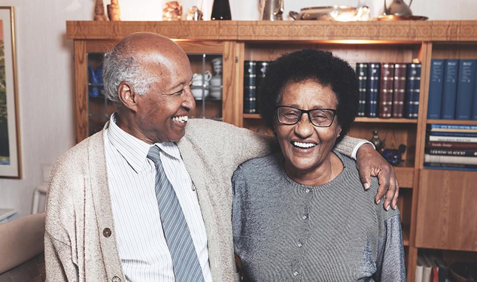 De har nu varit gifta i femtio år, Ezra och Gennet, något ingen av dem anade när de som studenter båda tilldelades stipendium och reste till USA för utlandsstudier.