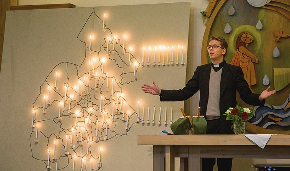 EFS-prästen Johannes Tirén leder gudstjänsten med särskild bön för Norrlands inland.
