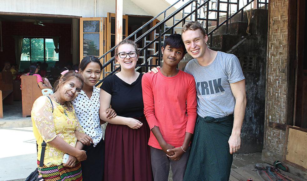 Outreachdeltagarna Charlotta Nordström och Jonatan Janerheim med två av de ungdomar som tog emot Jesus under det tredagarsseminarium som de alla deltagit i.