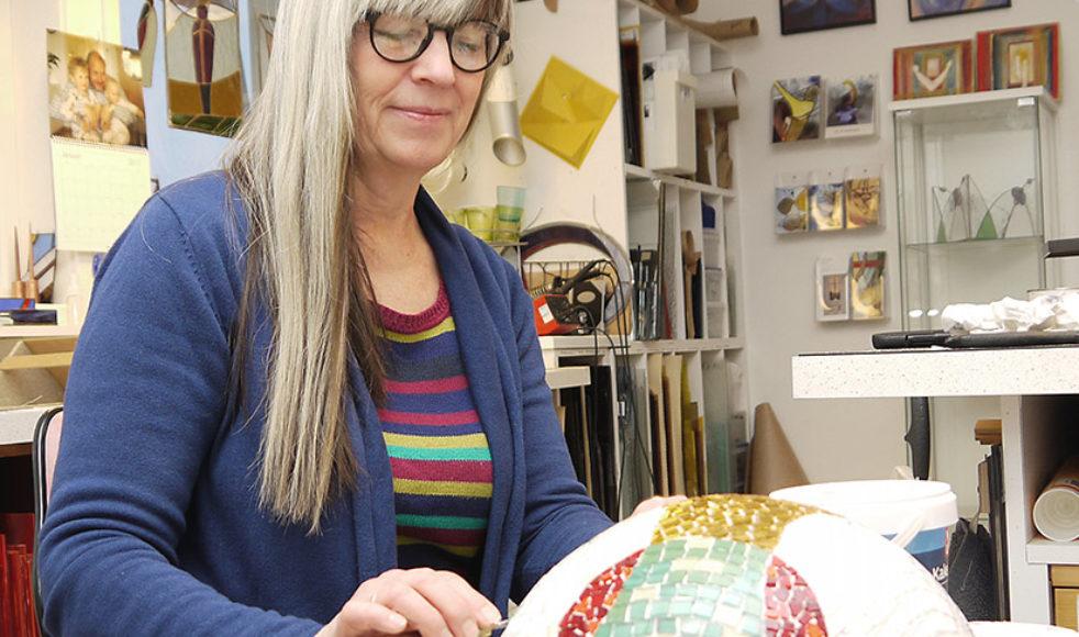 För Annacarin är skapandet glädje, en gåva hon får från Gud som hon kan använda för att beröra de som betraktar hennes konst.