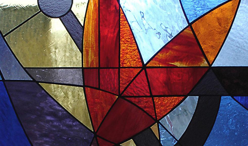 »Tro, hopp och kärlek« är ett återkommande tema för Annacarins glasbilder. Hon tycker om att på olika sätt dra linjer så att korset, ankaret och hjärtat lyfts fram. Detta verk har namnet »Störst är kärleken« och slår an en ton i hennes hjärta för att den är så färgstark.  – Jag blir glad av värmen i den röda färgen och skimret i det blå och lila. Den hänger i ett fönster och glaset ändras efter tider och stunder på årets alla dagar.