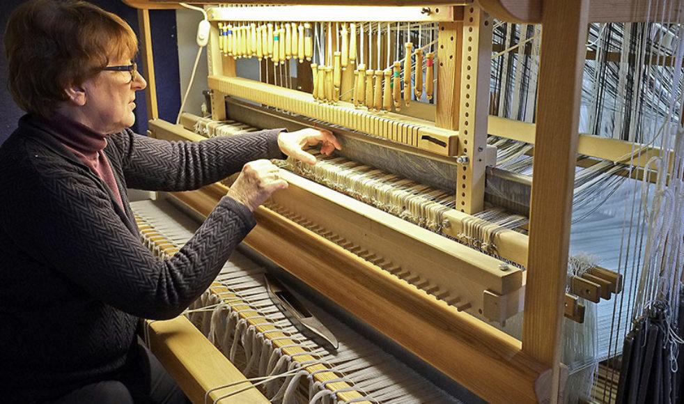De 2500 trådarna som Gunvor Johansson trätt på vävstolen ska bli en kåpa till sommarens utställning. Skulle någon församling vilja köpa den efteråt går det bra, försäkrar hon.