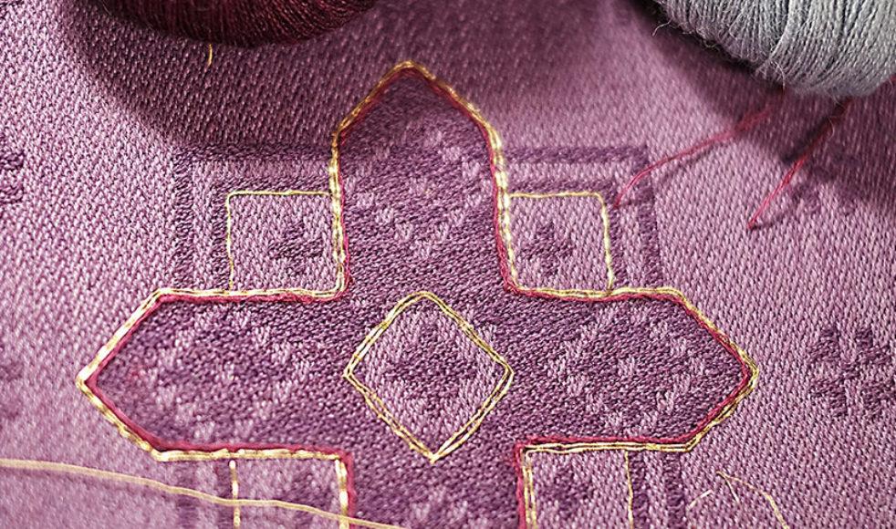 Ullgarnen kommer från Klippan och  Norge medan silkegarnet köps från Schweiz. Därifrån skaffas också rullarna med äkta guldtråd.