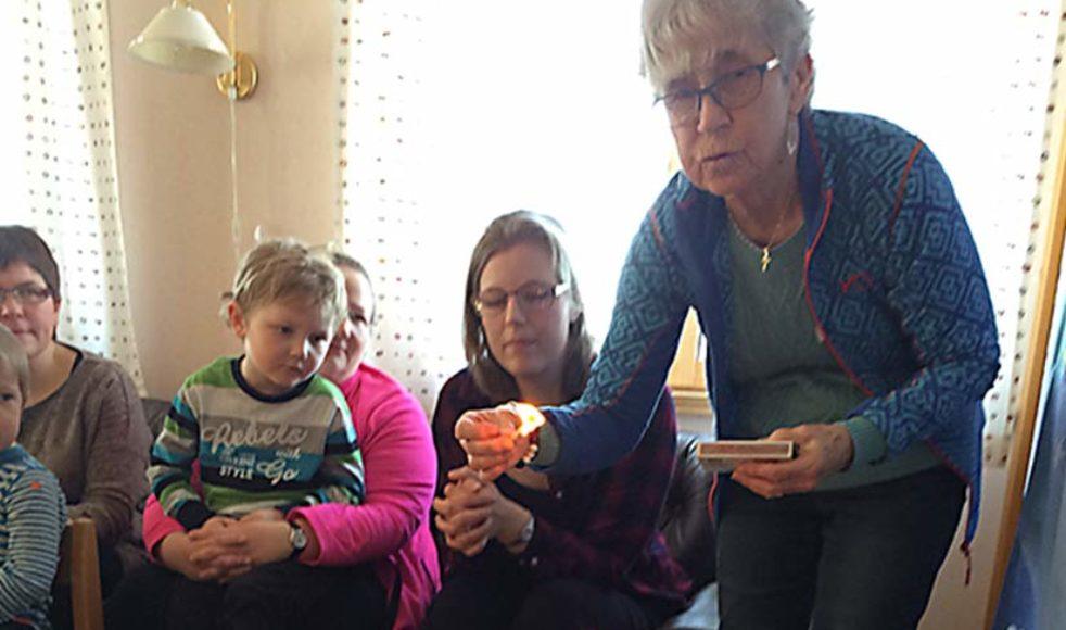 Söndagsskolledare Ulla Johansson tände altarljusen på söndagsskolans altare.