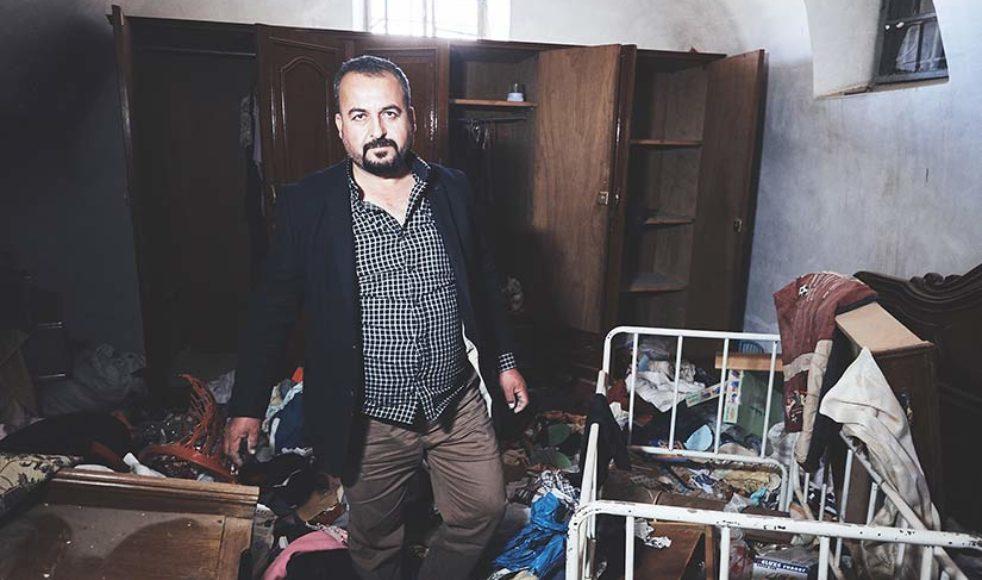 Det har gått mer än två år sedan Yasir var i sitt eget hem senast, här står han i de spillror som nu finns kvar.