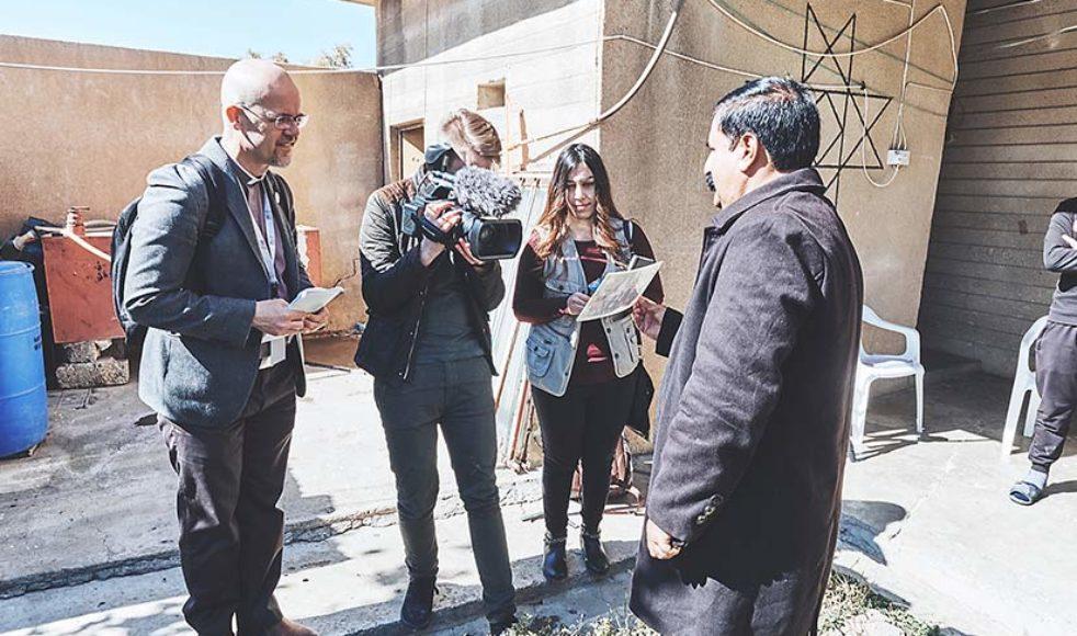 EFS missionssekreterare Erik Johansson tillsammans med reporter Joel Apelthun intervjuar pappan Yasir Sabah Matty om nuläget för Iraks kristna.