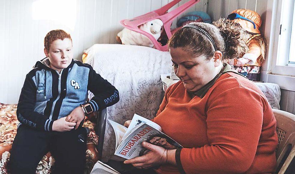 I flyktinglägret utanför Dohuk får mor och son se resultatet från Budbärarens tidigare besök.