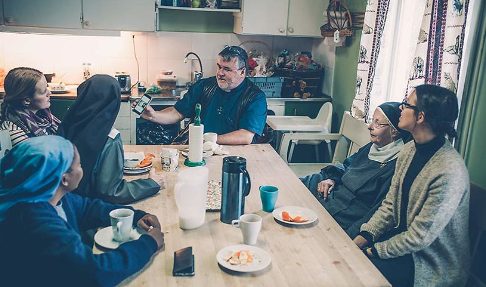 Vid köksbordet samlas systrarna och de som bor på gården, denna gång för frukost tillsammans med kyrkoherde Anders Johansson som arbetar för Knivsta pastorat och ofta firar mässa med systrarna.