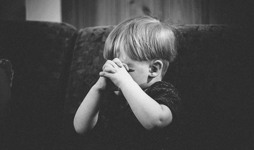 Gemenskapen och den gemensamma bönen är viktiga inslag i samlingen, och det är anmärkningsvärt hur barnen går ner i varv och fokuserar på bibelordet.