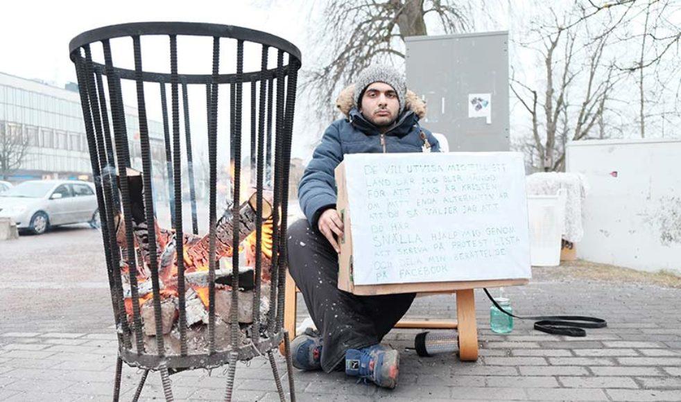 Många människor anslöt och höll Hamid sällskap på torget i Kristinehamn. Bland annat kom folk från Örebro och Stockholm. Ett gäng från Oslo kom och sjöng sånger.