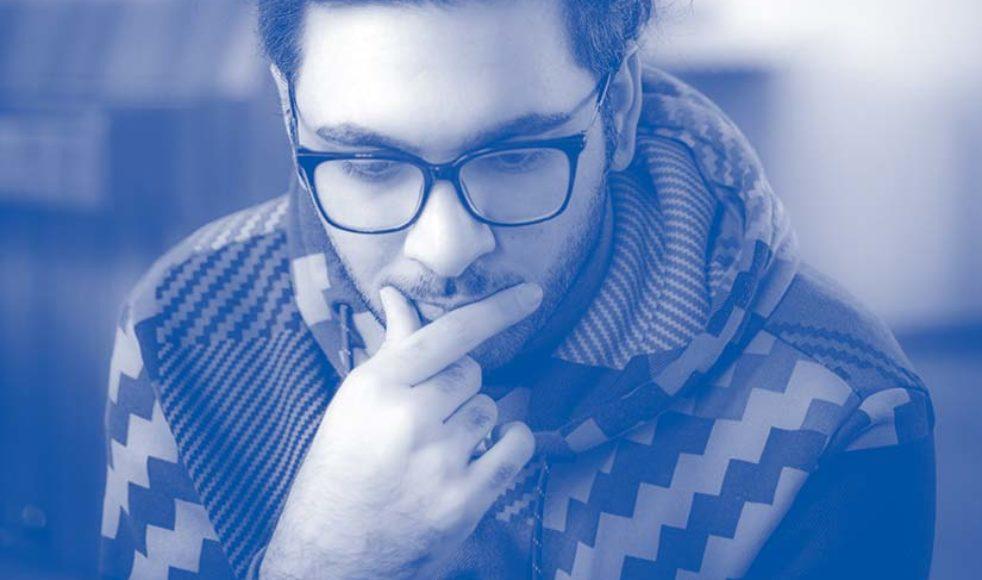 – I Iran skulle man bara slänga mitt lik i ett dike, i Sverige skulle åtminstone någon begrava mig. I protest satt Hamid Aryan 15 dygn, utan att äta, med hopsydd mun på torget i Kristinehamn.