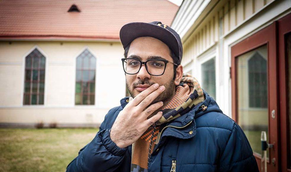 Hamid Aryanraja är tjugofyraåringen som föddes i Iran. Nu bor han i Betlehemskyrkan EFS i Kristinehamn och har varit asylsökande i Sverige 1,5 år. Processen är fortfarande igång.