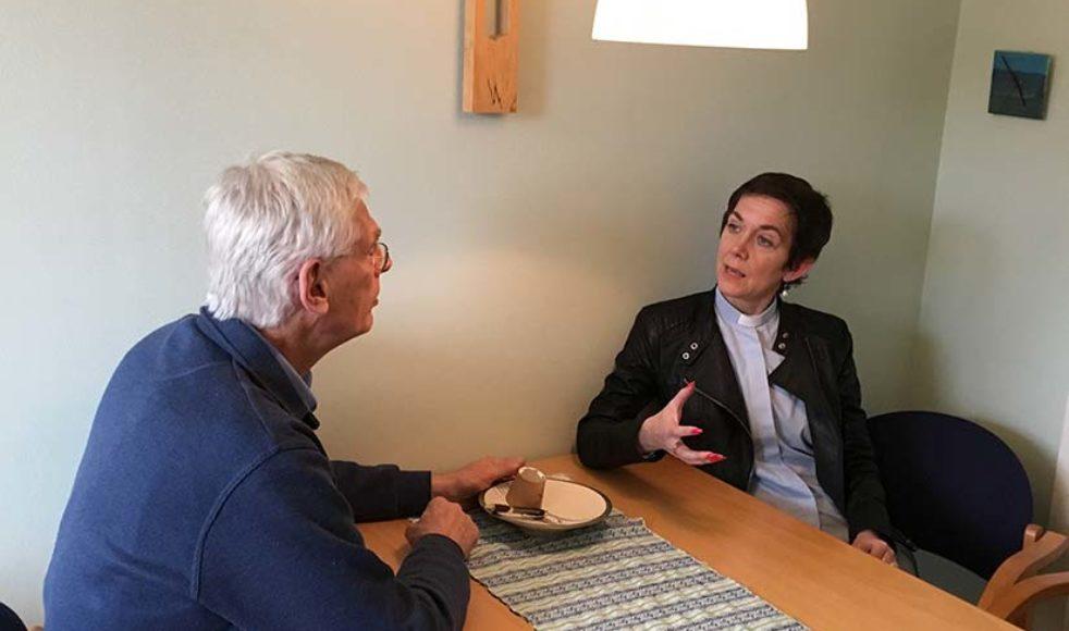 Stefan Holmström samtalar med sin efterträdare.
