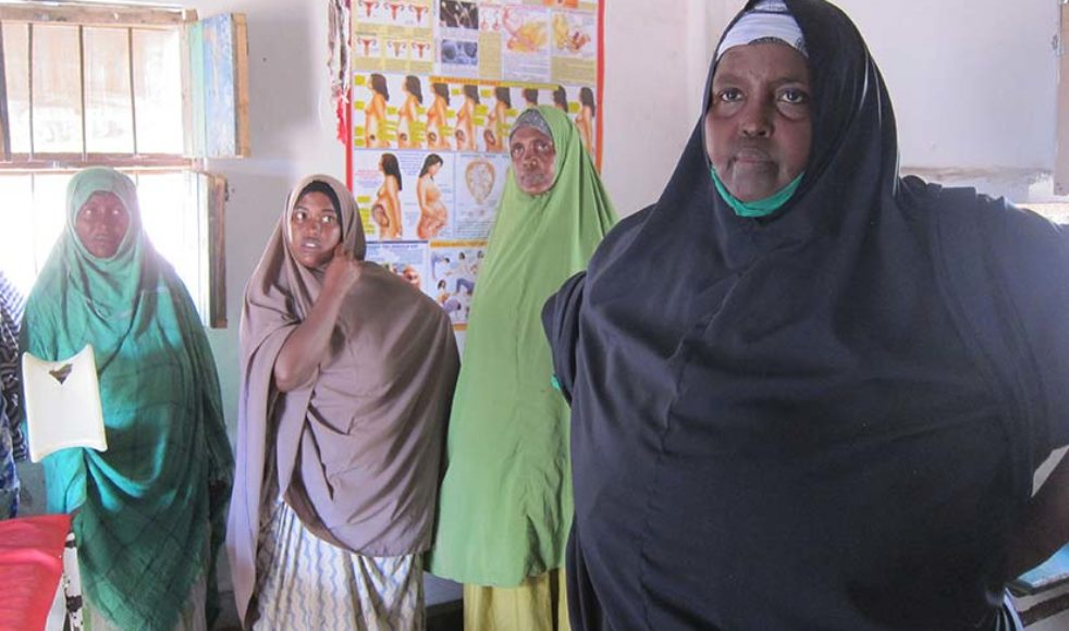 Shukri Abdi, till höger i bild, utbildades till barnmorska via EFS. I dag driver hon egen mödravårdsklinik.