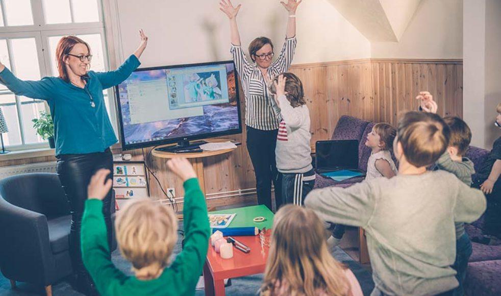 Magdalena Sandberg och Sara Olofsson leder Skattensamlingen, ofta är någon eller några föräldrar med.