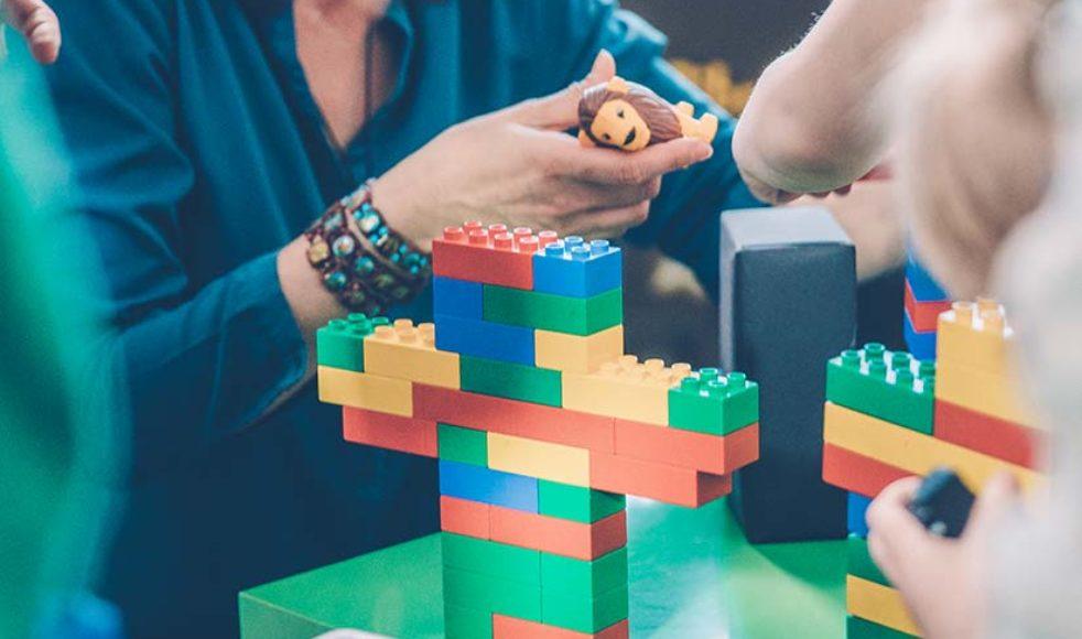 Dagens uppdrag, som denna gång går ut på att bygga den klassiska »bro-illustrationen« i Lego, ges till gruppen på en lapp gömd inne i en uppblåst ballong – som barnen måste smälla för att kunna läsa.