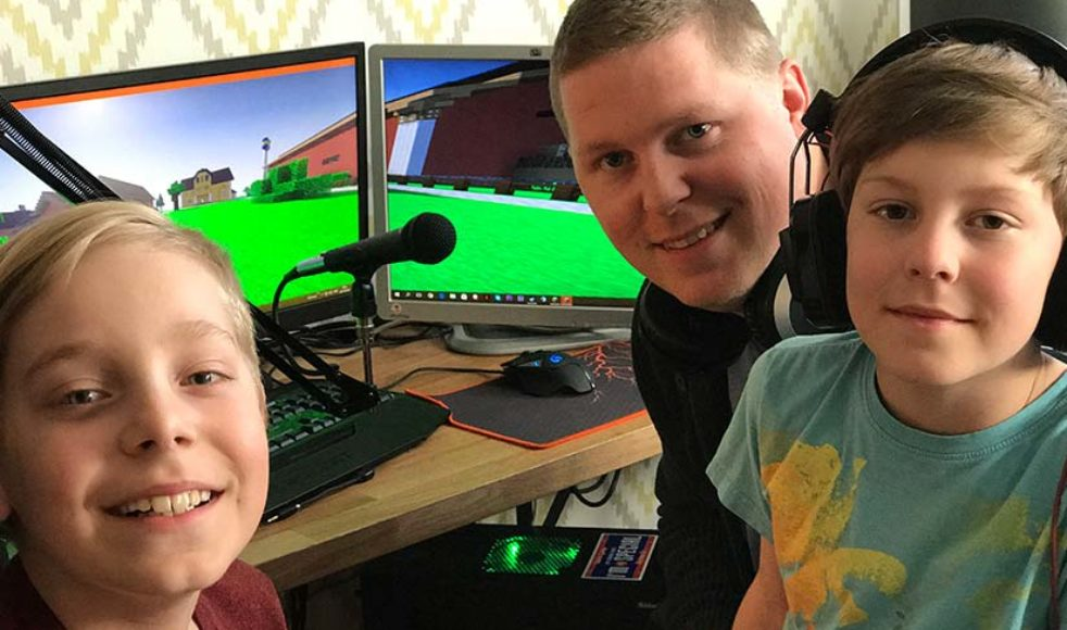 Simon Simonsson med sönerna Joel och Isak har lagt mycket tid på att bygga upp lägerområdet i Minecraft.
