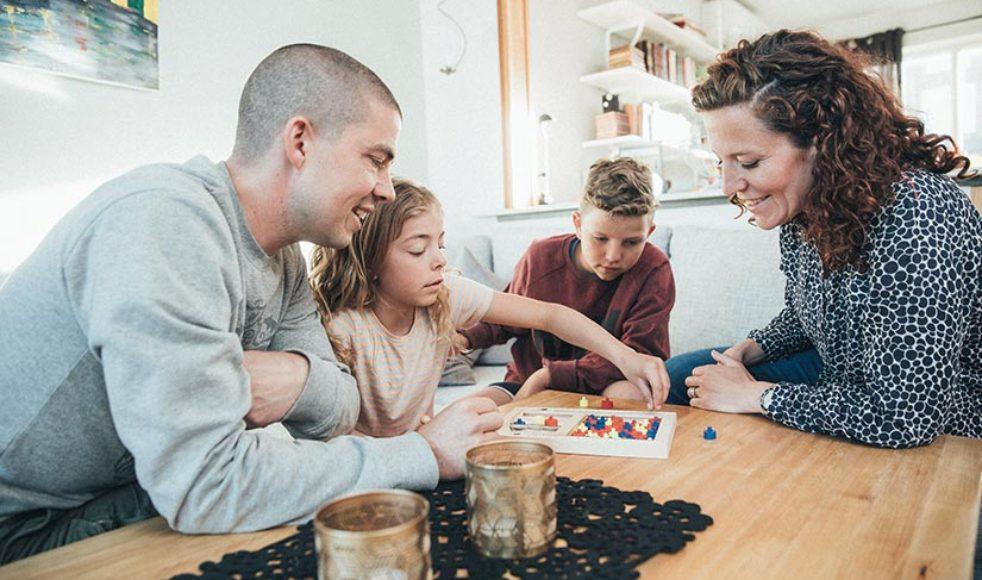 Jonas, Ester, Samuel och Viktoria har gjort mycket tillsammans och veckans höjdpunkt är när hela familjen är samlad i samma soffa.