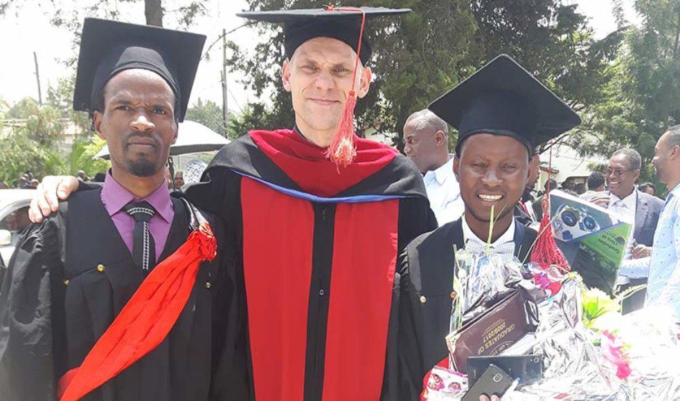 De två nyexaminerade Eyuel (tv) och Salifo är efter fyra års studier redo för vidare tjänst i kyrkan.
