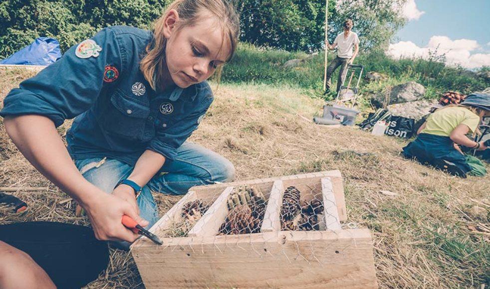 Amelie Ossiansson bygger ett insekthotell som ska säljas på  fredagens marknad till förmån för BIAL.