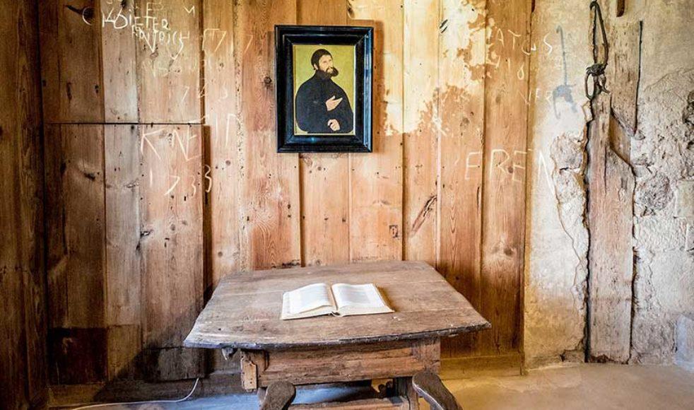 Luthers arbetsrum i slottet Wartburg där han enligt historien kastade sitt bläckhorn efter djävulen som ansatte honom under hans bibelöversättningsarbete. Rummet är delvis möblerat med sentida möbler och bläckfläcken återskapas i dag med en projektor men den valhalskota som Luther använde som fotpall finns kvar.