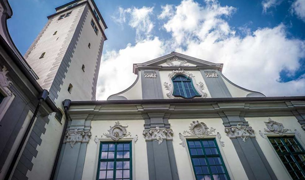 I salen bakom dessa fönster i dåvarande biskopspalatset, i Augsburg, föredrogs Augsburgska bekännelsen för första gången inför kejsaren och de tyska ständerna den 25:e juni 1530.