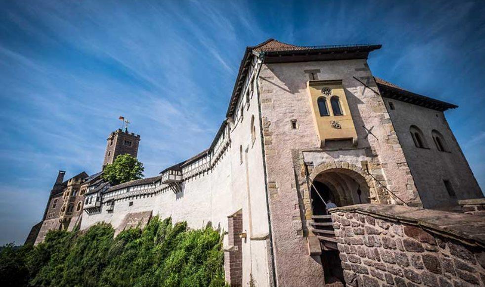 Slottet Warburg utanför Eisenach i östra Tyskland härstammar från 1000-talet. Här satt Luther frivilligt inspärrad och översatte Nya testamentet till tyska 1521. Slottet gav också namn till det östtyska bilmärket Wartburg som tillverkades i Eisenach fram till murens fall.