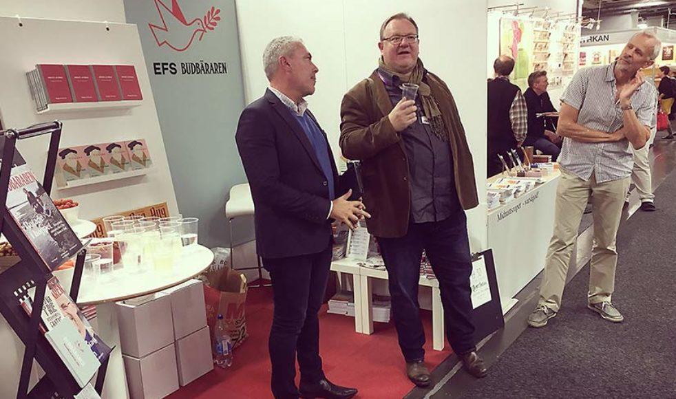 Magnus Perssons, till vänster, bokdebut firades i EFS monter med en kort intervju av EFS kommunikationschef Johan Ericson.