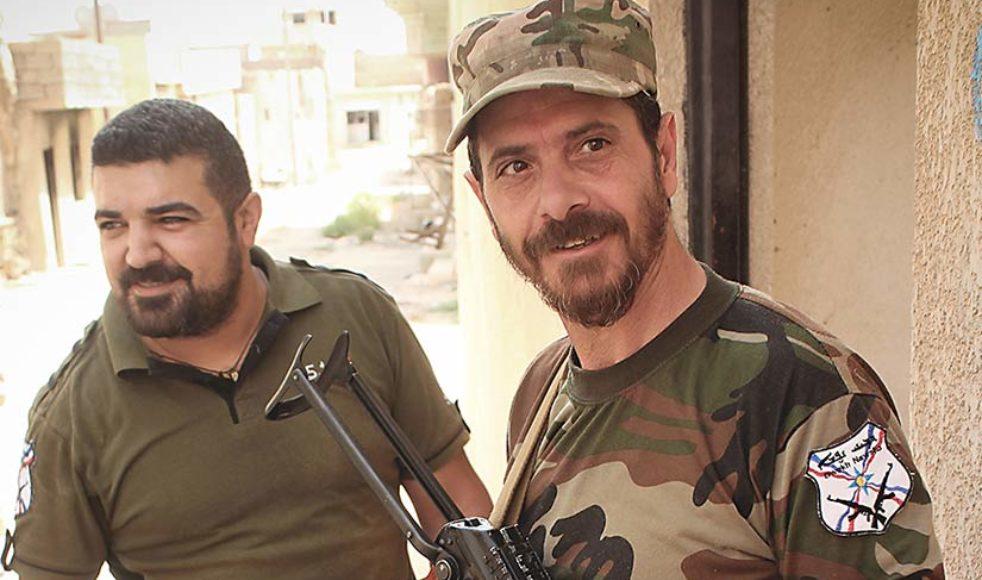 Muayed Gandalawi, bredvid Khaled Sappoo, från den assyriskkristna milisen Dwekh Nawsha visar upp en hemmagjord sprängladdning som IS har  konstruerat.