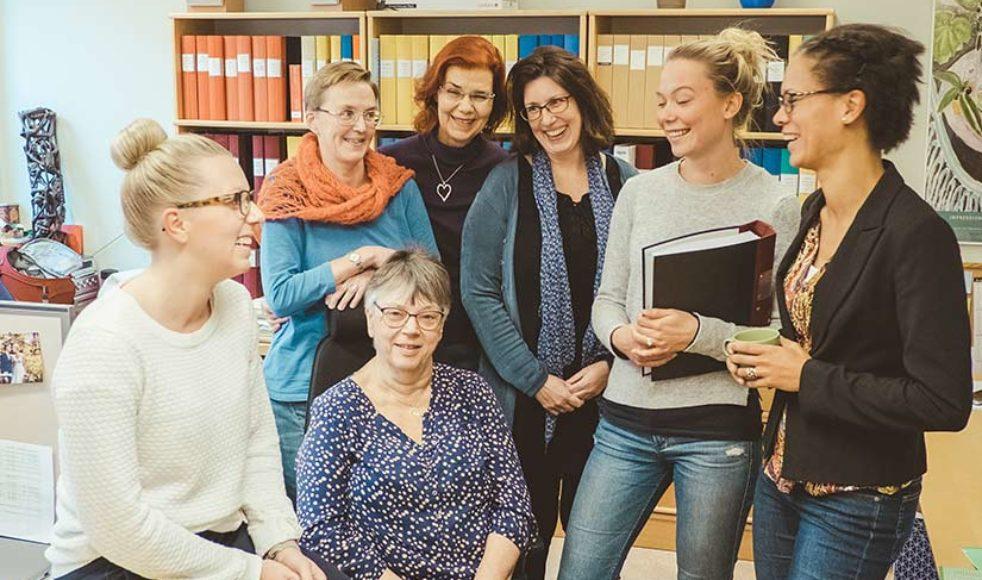 På kontoret möts några av dem som jobbar med personalfrågor och administrativa uppgifter, från vänster Linnéa Olsson, Britt-Marie Rosén, Ulrika Grönberg, Marie Åsblom, Lotta Strajnic, Matilda M. Olofsson och Jennie Magnusson.