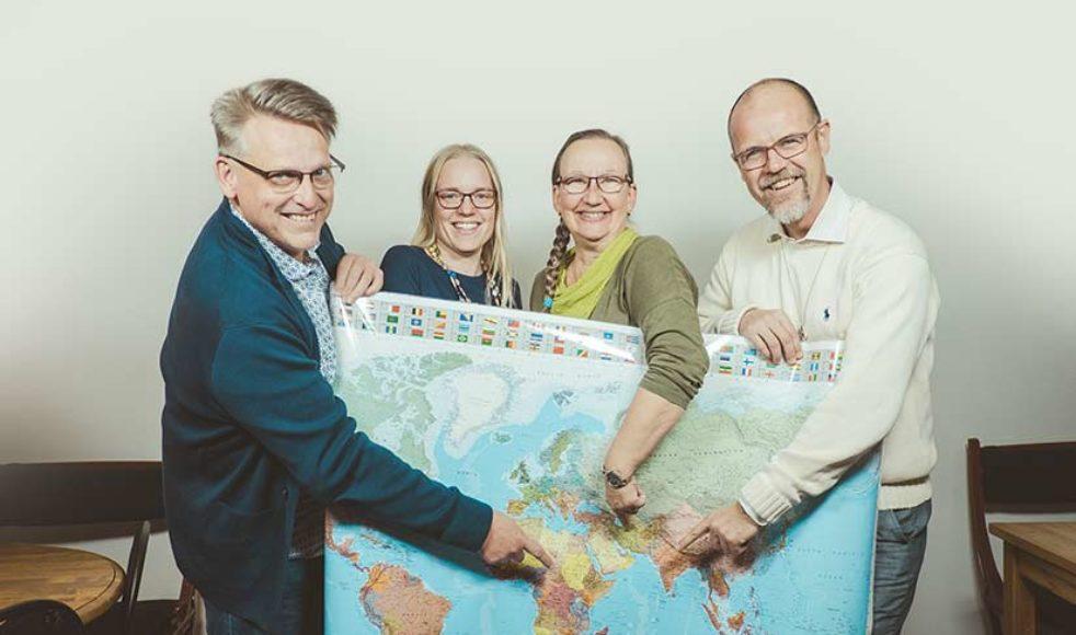 Stefan Rosth, till vänster, jobbar tillsammans med Anna Claesson, Elle Kristiansson och Erik Johansson för EFS internationella relationer.