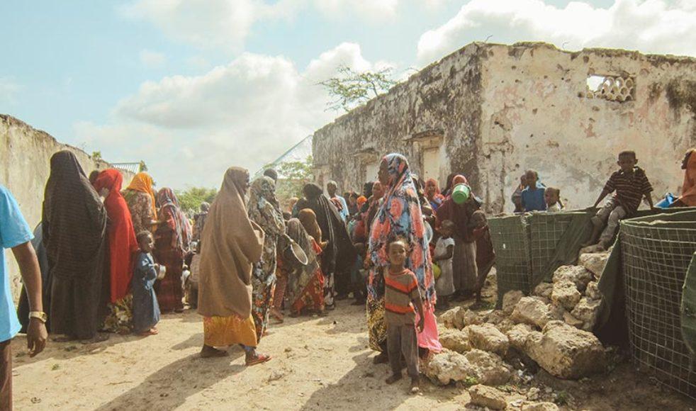 Kvinnor i Somalia står i kö till matudelning. 2018 lägger EFS extra fokus på Somalia.